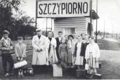 Dzieci wraz z księdzem Pełką przed stacją PKP Szczypiorno P46-8900037