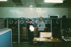 Pracownicy Agromy przy pierwszym komputerze w zakładzie. Był to komputer Odra 03.2002