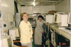 Zdjęcia pracowników Agromy przy jednym z pierwszych komputerów w zakładzie. A/89/00002