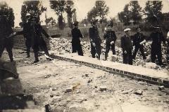"""Techniczna obsługa rolnictwa czyli nic innego jak dawna Agroma. Zdjęcie  pt. \""""Odbudowy przy agromie\"""" wykonano w 1949 roku"""
